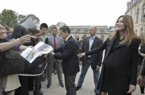 Carla Bruni-Sarkozy, enceinte, dévoile avec joie son ventre très arrondi