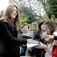 Carla Bruni-Sarkozy salue les visiteurs venus découvrir le palais de l'Elysée ouvert à l'occasion des Journées du patrimoine ke 17 septembre 2011