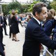 Le Président Nicolas Sarkozy et son épouse Carla Bruni-Sarkozy saluent  les visiteurs venus découvrir le palais de l'Elysée ouvert à l'occasion  des Journées européennes du patrimoine le 17 septembre 2011
