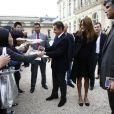 Le Président Nicolas Sarkozy et sa sublime épouse Carla Bruni-Sarkozy saluent  les visiteurs venus découvrir le palais de l'Elysée ouvert à l'occasion  des Journées européennes du patrimoine le 17 septembre 2011