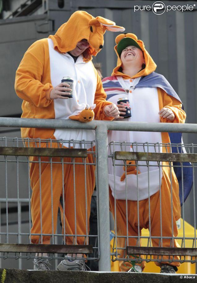 Difficile de ne pas reconnaitre des supporters australiens derrière ces costumes de kangourou... Heureusement que le ridicule ne tue pas !
