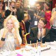 Adriana Karembeu émue lors de la 19e cérémonie des Femmes en or, le 17 septembre 2011, à Nice. Christian Estrosi est à ses côtés pour célébrer son 40e anniversaire.