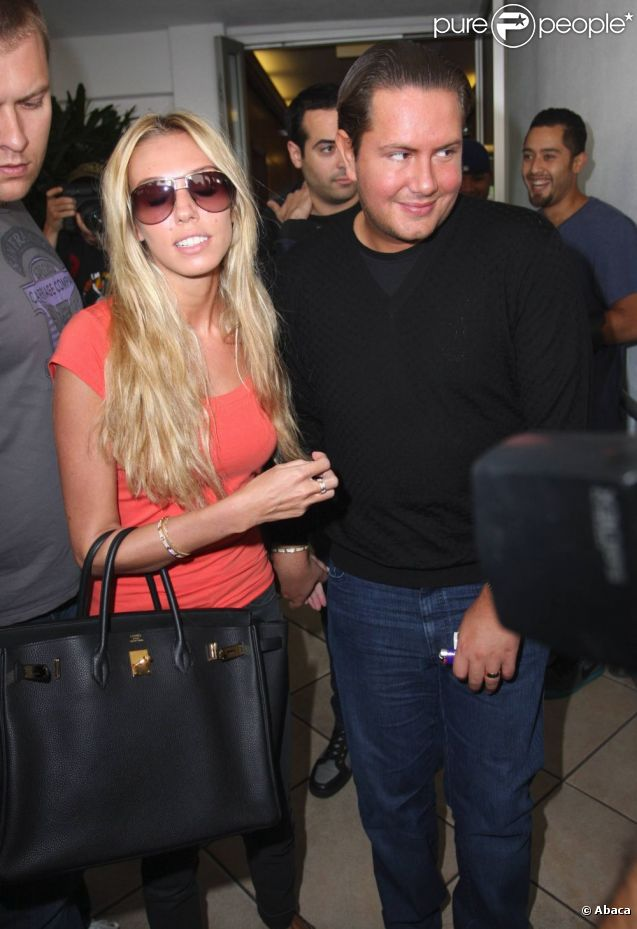 Petra Ecclestone sort du restaurant Baldi avec son mari James Stunt et quelques amis à Los Angeles le 20 septembre 2011