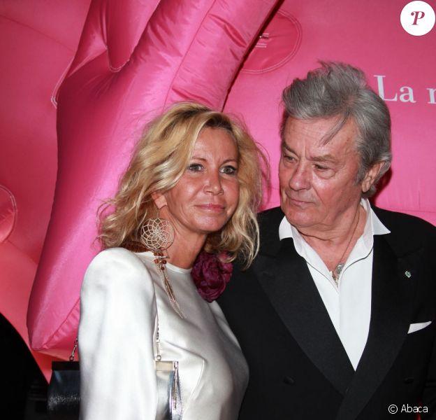 Alain Delon et Fiona Gélin à la soirée de l'Ifrad, à l'Opéra comique de Paris, pour un gala organisé pour la recherche contre la maladie d'Alzheimer. Le 21 septembre 2011