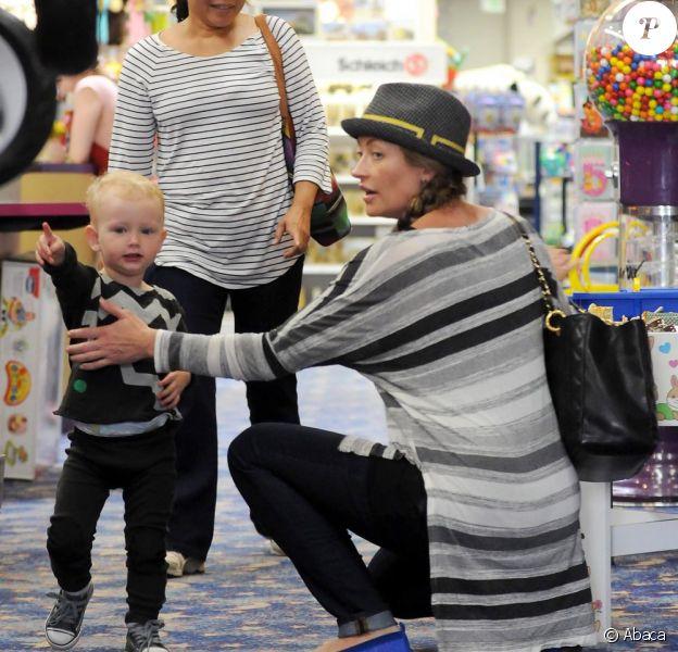 Rebecca Gayheart enceinte s'est accordée une session shopping avec sa petite Billie Beatrice à Beverly Hills, le 21 septembre 2011