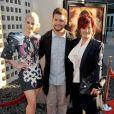 """""""Jack Osbourne avec sa soeur Kelly et sa mère Sharon posent lors de l'avant-première de God Bless Ozzy Osbourne à Los Angeles en août 2011"""""""