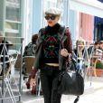 L'icône de mode et créatrice Gwen Stefani prend soin d'elle entre deux promenades avec ses deux enfants. Londres, le 26 septembre 2011.