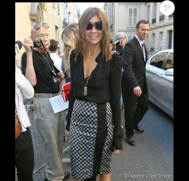 L'ex rédactrice en chef de Vogue Paris Carine Roitfeld est venue titiller Mademoiselle Agnès et Alexandra Golovanoff sur leur terrain en se rendant au défilé Balenciaga, avec une classe qui lui est typique. Paris, le 29 septembre 2011.