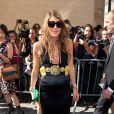 La surprenante Anna Dello Russo continue de fasciner par son sens du style avec cette robe noire ornée de bijoux dorées que la rédactrice a porté lors du défilé Dior. Paris, le 30 août 2011.