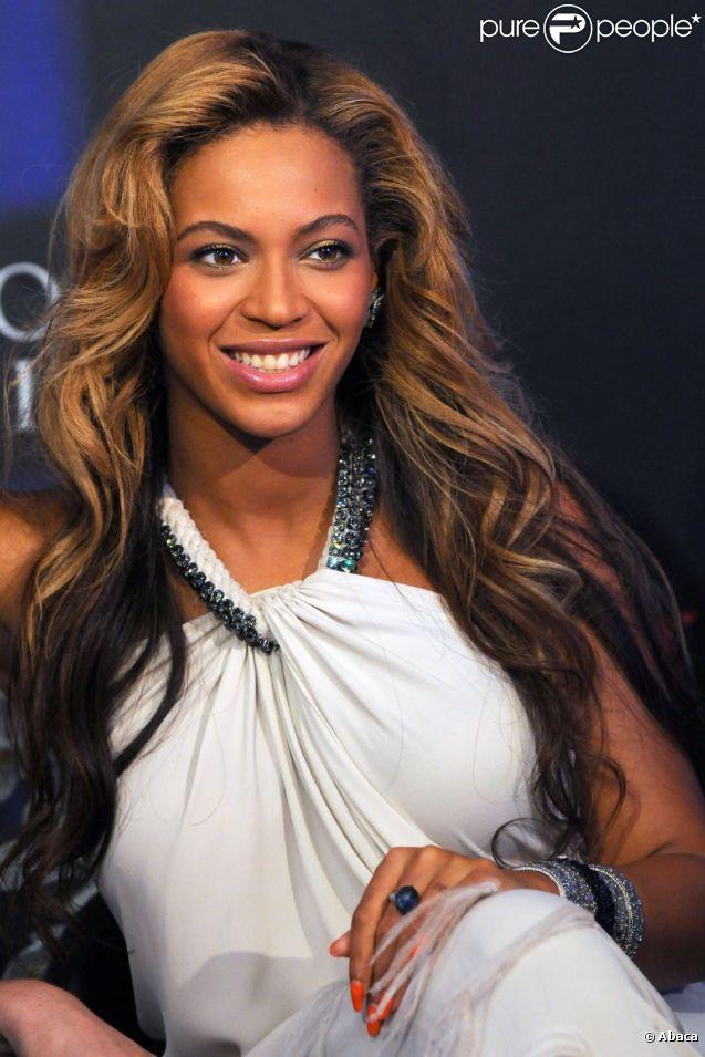 Beyoncé Knowles fait la promo de son parfum Pulse chez Macy's à New York en septembre 2011