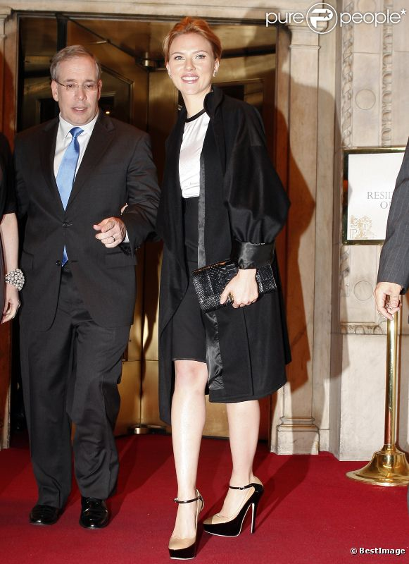 Scarlette Johansson sort de l'hôtel Plaza à New York avec le maire de Manhattan, le 3 octobre 2011
