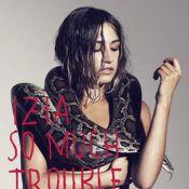 Izia, nue et vêtue d'un serpent, cherche vraiment les ennuis