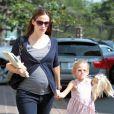 Jennifer Garner fait du shopping avec Violet, son aînée. Elle dévoile son baby bump sous le soleil de Los Angeles. 15 octobre 2011