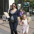 Jennifer Garner dévoile son ventre rond dans un T-shirt marinière. Elle est avec son aînée Violet, à Los Angeles, le samedi 15 octobre.