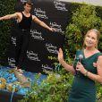 Lisa Swayze présente la statue de cire de son défunt mari Patrick Swayze, au musée de Madame Tussauds de Hollywood, le 18 octobre 2011