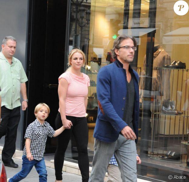 Britney Spears en famille dans les rues de Paris le 4 octobre 2011