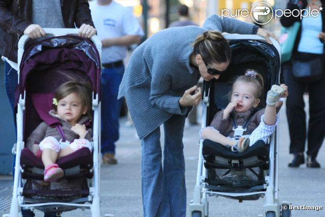 Sarah Jessica Parker en balade dans les rues de New York avec ses jumelles Tabitha et Marion, le 20 octobre 2011