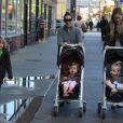Sarah Jessica Parker en promenade dans les rues de New York avec ses jumelles Tabitha et Marion et son grand fils James qui se rend à l'école, le 20 octobre 2011