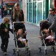 Sarah Jessica Parker en balade dans les rues de New York avec ses jumelles Tabitha et Marion accompagne son grand fils James qui se rend à l'école, le 20 octobre 2011