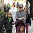 Sarah Jessica Parker en balade dans les rues de New York avec ses  jumelles Tabitha et Marion et son grand fils James qui se rend à  l'école, le 20 octobre 2011