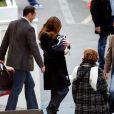 Carla Bruni-Sarkozy sort de la clinique de la Muette en serrant contre elle son petit trésor Giulia le 23 octobre 2011 à 14h 20.