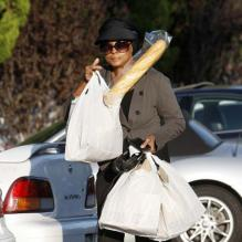 Diana Ross et une baguette de pain, à Los Angeles, le 22 octobre 2011.