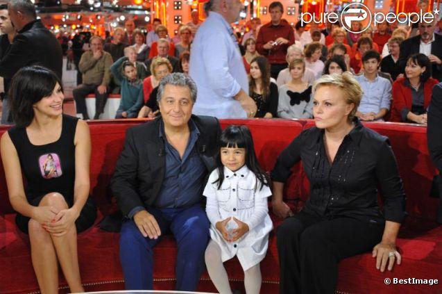Helena Noguerra, Christian Clavier, Muriel Robin lors de l'enregistrement de Vivement dimanche (diffusion le 30 octobre 2011)