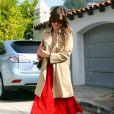 Olivia Wilde, surprise devant sa maison, garde son sourire et son charme irrésistible. Los Feliz, le 24 octobre 2011.
