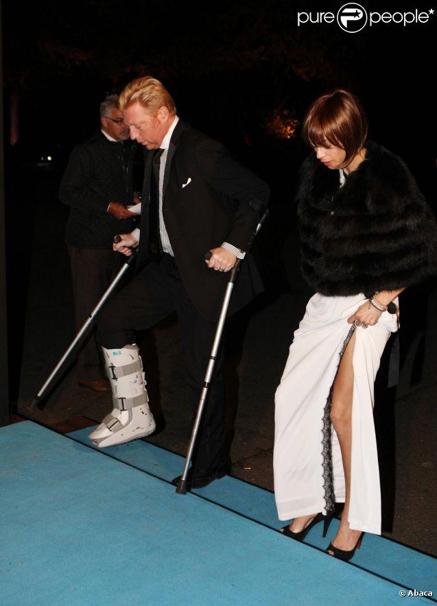 Boris Becker reste élégant malgré ses béquilles et son attelle, soutenu par son épouse