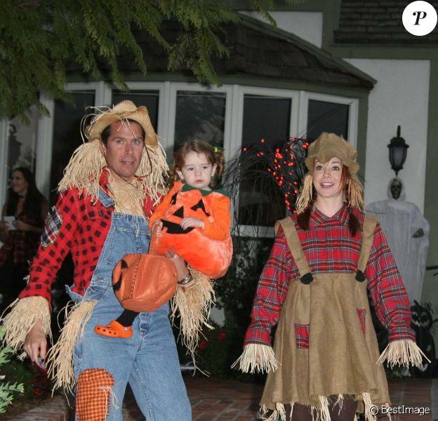 Alyson Hannigan, Alexis Denisof et leur adorable Satyana, à Los Angeles, le 31 octobre 2011.
