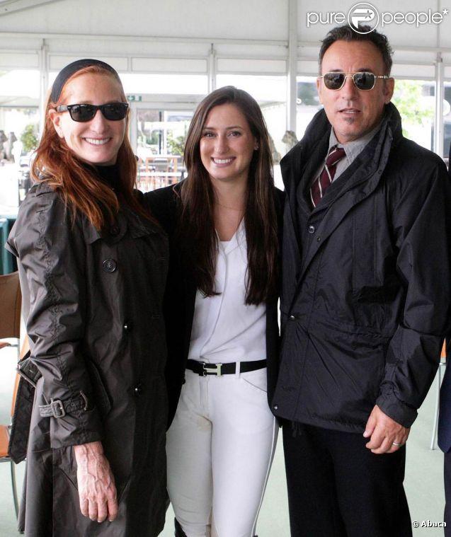 Jessica Springsteen entourée de ses parents Patti Scialfa et Bruce Springsteen lors du Wondsor Horse Show en mai 2011, épreuve dans laquelle elle s'est imposée.