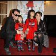 Johnny et Laeticia Hallyday accompagnaient leurs petites Jade et Joy à la première du spectacle  Lili Lampion  d'Amanda Sthers et Sinclair, le 6 novembre 2011 au Théâtre de Paris. Les fillettes ont déjà la panoplie de Lili !