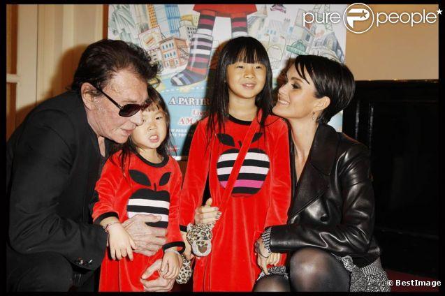 Johnny Hallyday et son épouse Laeticia accompagnaient leurs petites Jade et Joy à la première du spectacle  Lili Lampion  d'Amanda Sthers et Sinclair, le 6 novembre 2011 au Théâtre de Paris. Les fillettes ont déjà la panoplie de Lili !