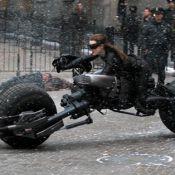 Anne Hathaway : Sur sa moto, Catwoman affronte Batman, Tom Hardy et la neige