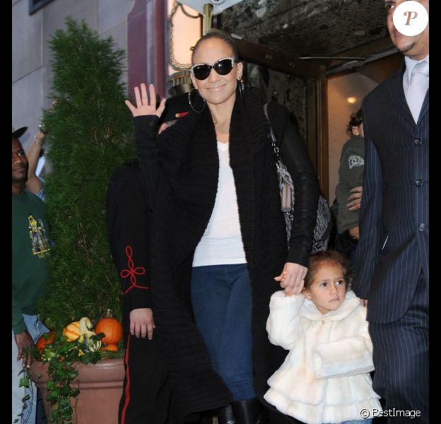 Jennifer Lopez et sa fille Emme sortent de leur hôtel à New York, le 8 novembre 2011