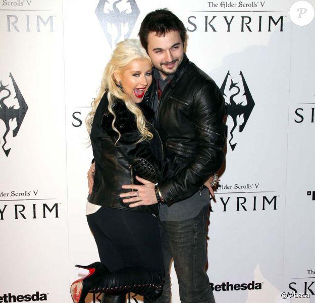 Christina Aguilera et Matt Rutler, plus proches que jamais, au lancement du jeu vidéo The Elder Scrolls V : Skyrim, à Los Angeles, le 8 novembre 2011.