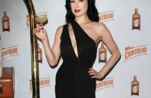Dita Von Teese : La pin-up, sexy à souhait un verre à la main, enivre New York