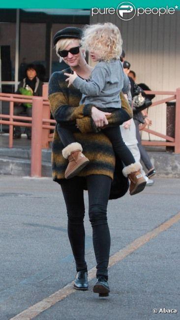 Ashlee Simpson et son fils Bronx Mowgli à Studio City, le samedi 19 novembre 2011.