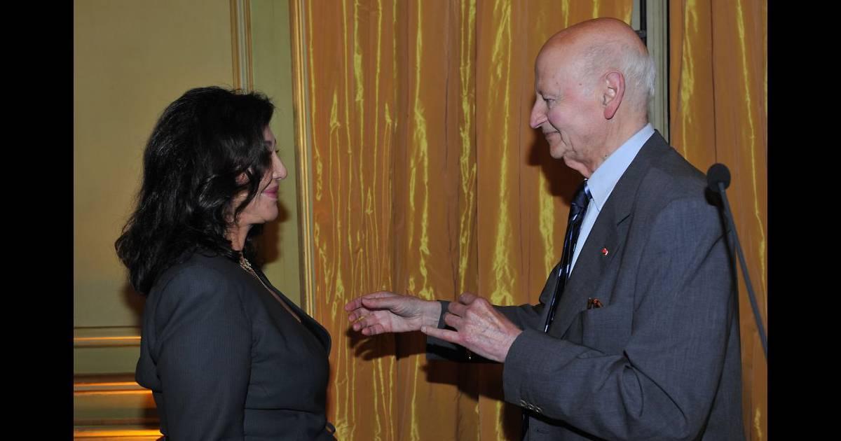 Gilles Jacob décore Albina du Boisrouvray, à la  Maison de l'Amérique Latine, à Paris, le 21 novembre 2011.