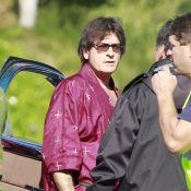 Charlie Sheen : En peignoir à bord d'une voiture très particulière, ça décoiffe