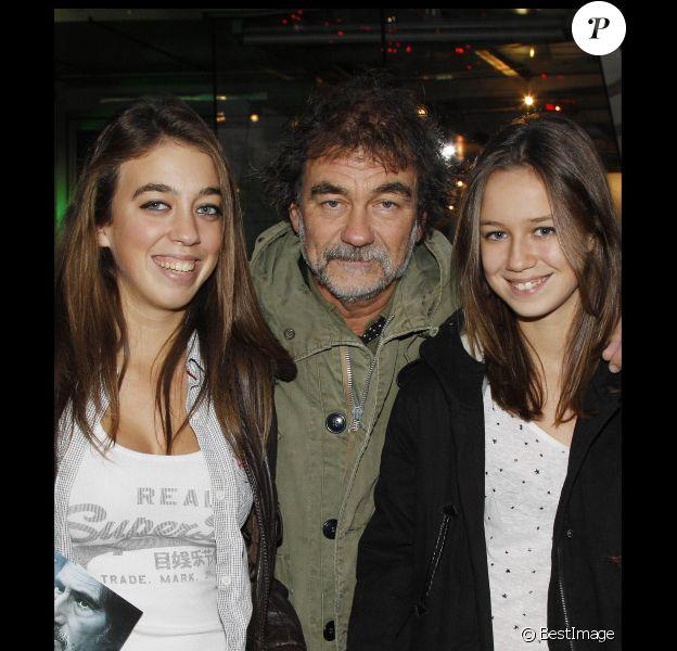 Olivier Marchal et ses filles Léa et Zoé lors de l'avant-première du film Les Lyonnais à Paris le 27 novembre 2011