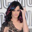 Katy Perry hésite. Le bleu, le rose, le noir plus naturel, un mélange audacieux pas vraiment glamour...