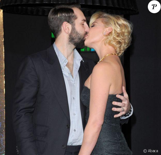Katherine Heigl et son éopux Josh Kelley dans un élan d'amour à la hollywoodienne ! Et ce n'est pas du cinéma ! Lors de la première de Happy New Year à Los Angeles le 5 décembre 2011