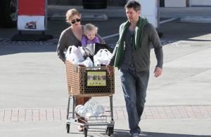 Amy Adams au volant d'un chariot avec son chéri et sa petite Aviana