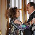 Mireille Dumas reçoit, des mains de Frédéric Mitterrand, les insignes de chevalier de la Légion d'honneur. à Paris, le 12 décembre 2011.