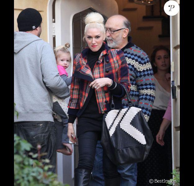 Gwen Stefani, stylée en tartan L.A.M.B à la sortie du domicile de ses parents. Los Angeles, le 11 décembre 2011.