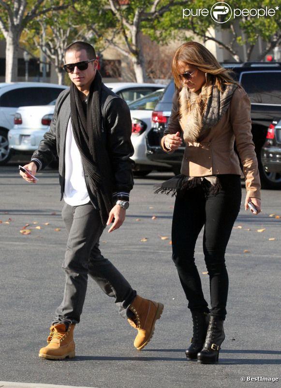 La lookée Jennifer Lopez fait du shopping dans une bijouterie avec son compagnon Casper Smart à Calabasas en Californie le 18 décembre 2011