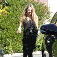 La ravissante nouvelle petite amie de Ryan Phillippe sourit lorsqu'ils vont prendre un petit-déjeuner dans le quartier de West Hollywood le 22 décembre 2011 à Los Angeles