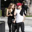 Ryan Phillippe et sa nouvelle petite amie tentent d'éviter les photographes alors qu'ils vont prendre un petit-déjeuner dans le quartier de West Hollywood le 22 décembre 2011 à Los Angeles