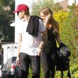 Ryan Phillippe : sa nouvelle petite amie, heureuse mais gênée, se cache alors qu'ils vont prendre un petit-déjeuner dans le quartier de West Hollywood le 22 décembre 2011 à Los Angeles